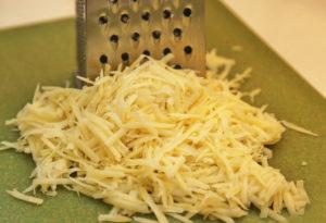 Натираем на крупной терке сыр