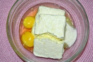 смешиваем творог и яйца