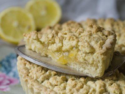 готовый кусок пирога с лимоном