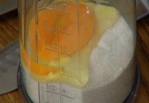 взбиваем блендором яйца с сахаром