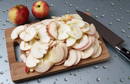 Нарезать яблоки ломтиками