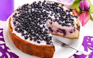 готовый черничный пирог