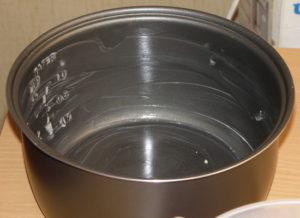 Чашу мультиварки-скороварки смазать растительным маслом