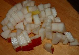 режем яблоки и грушу