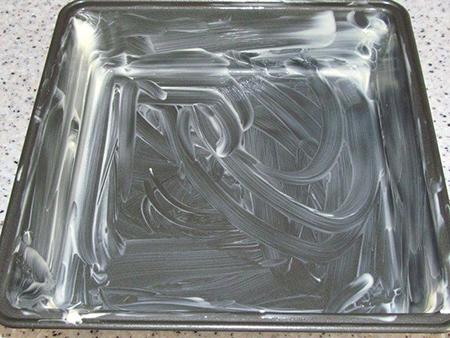 Смазать сливочным маслом форму