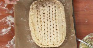 выкладываем тесто и формируем пирог