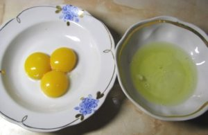 отделяем яичные белки от желтков