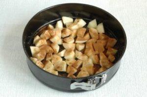 Яблоки почистить, уложить в форму