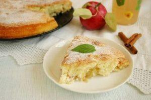 кусочек пирога на тарелке