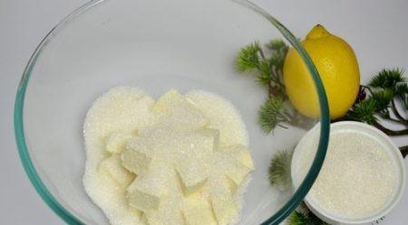 Засыпаем маргарин сахаром