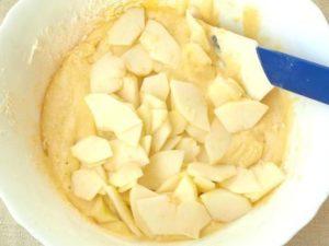 нарезанные яблоки в тесте