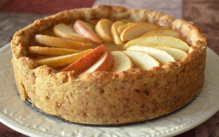 Пышный пирог на тарелке
