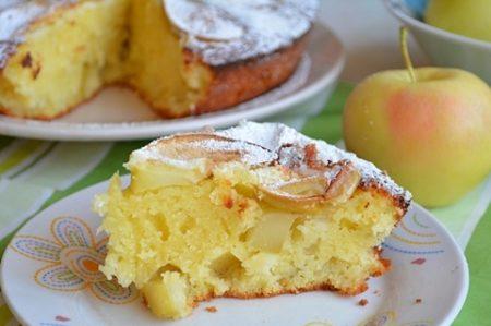 Кусок манного пирога на терелке
