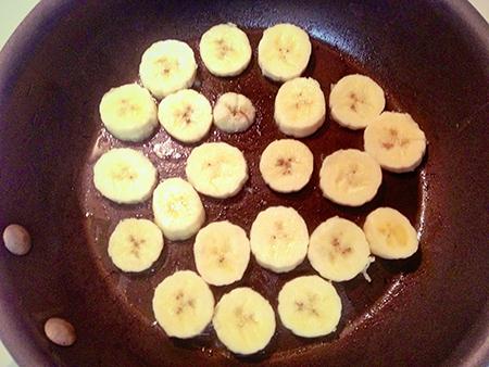 Обжарить банановые кружочки