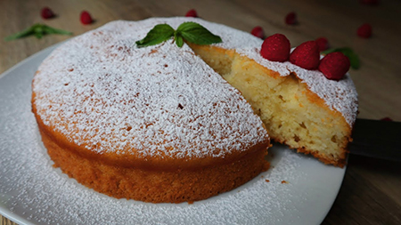 Готовый десерт, украшенный ягодами