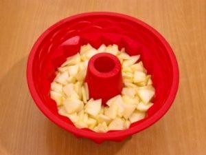 выкладываем оставшиеся яблоки