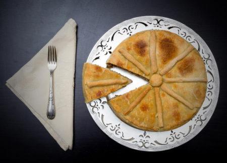 Изысканный пирог на тарелке