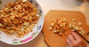 режем яблоки