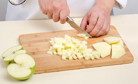 Нарезать кубиками яблоки
