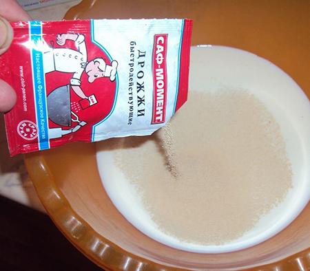 Высыпать в молоко дрожжи