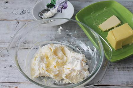 Сметану (сливки) соединить с размягченным маслом