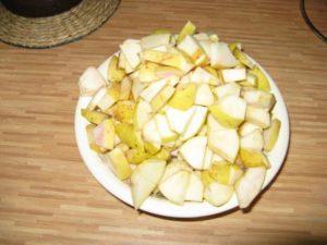 Очистите яблоки и нарежьте
