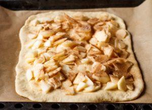 выкладываем на тесто яблоки