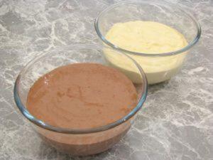 добавьте какао в половину теста