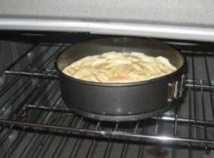 Отправляем творожный пирог в духовку