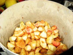 яблоки разрезаются ломтиками