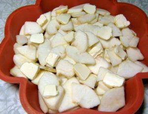 Выложите в форму кусочки яблок