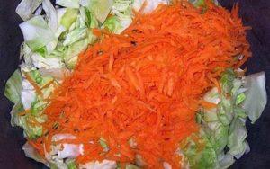 перемешиваем морковку с капустой
