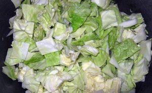 выложить капусту в сковородку