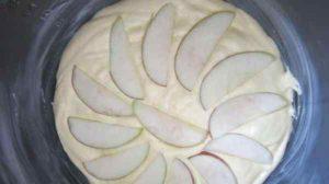 яблоки распределяем сверху красивым веером