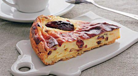 Кусок пирога с финиками