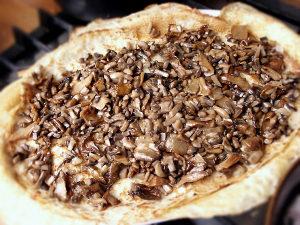 Смазываем дно сметаной и выкладываем грибы