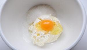 Смешиваем творог, яйцо и сахар