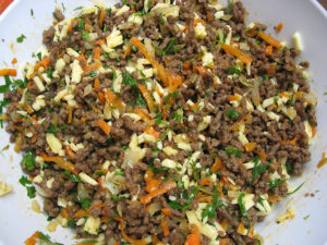 Остывший фарш смешиваем с зеленью и тертым сыром