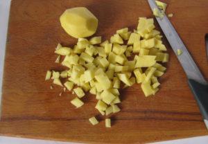 Картофель нарежьте мелкими кубиками