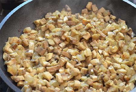 Обжарить куриное филе, грибы, лук
