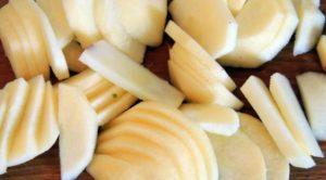 Яблоки очищаем и режем тонкими дольками.