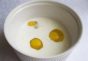 Смешать кефир и яйца
