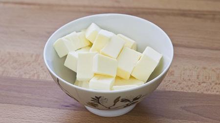 Нарезать кубиками маргарин