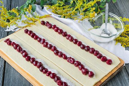 Раскатать тесто на прямоугольники и выложить вишни