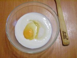 Яйцо, сахар и кефир смешайте