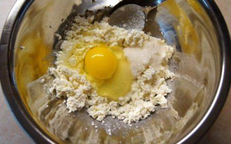 творог смешать с яйцом