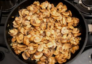 Готовые грибы снимите с огня