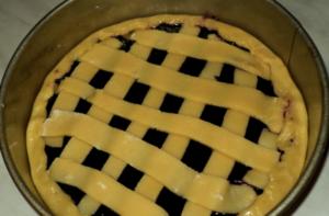 Украшают пирог