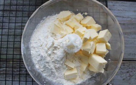 смешиваем масло и сыпучие ингредиенты