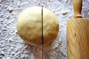 Разрезают тесто на 2 части